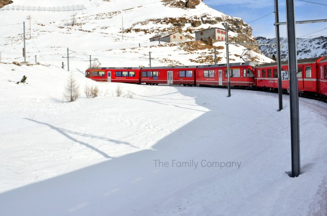 Bernina Express tra la neve in curva