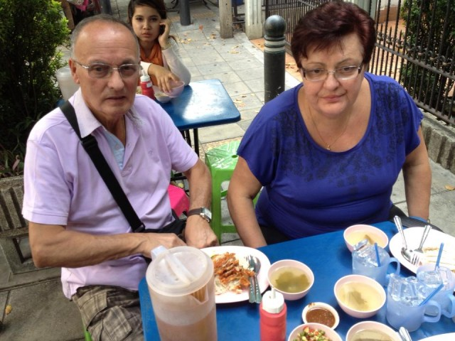 I genitori di Andrea e il Khao Man Gai. Credits di Andrea Bicini