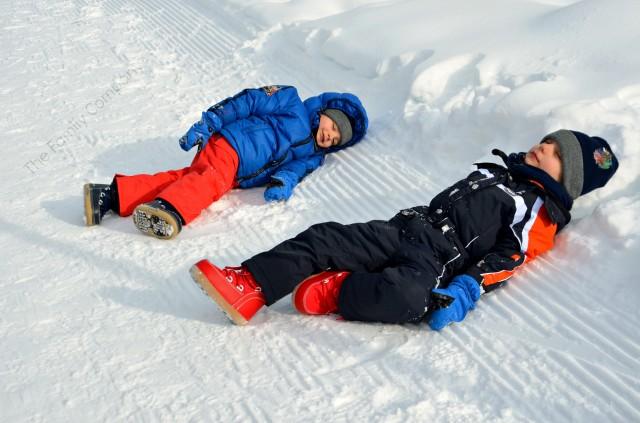 rotolandosi nella neve