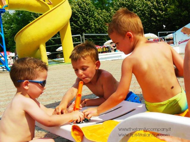 bimbi che giocano Bolle Blu