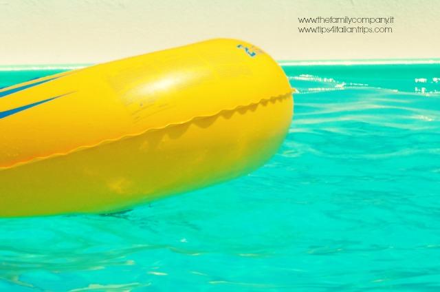 piscina con ciambella bolle blu