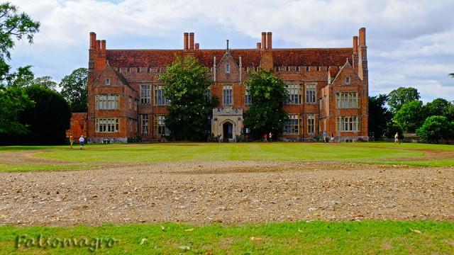 La facciata della Mapledurham House, con il sole