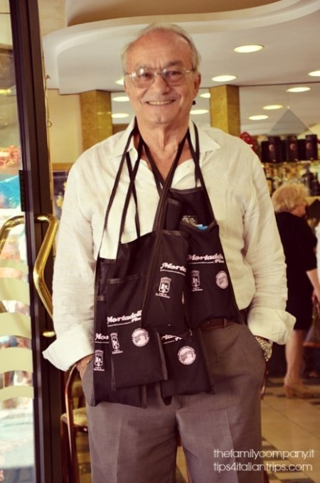 Nonno Bebbì con il pieno che fa il pieno delle borsette-degustazioni!