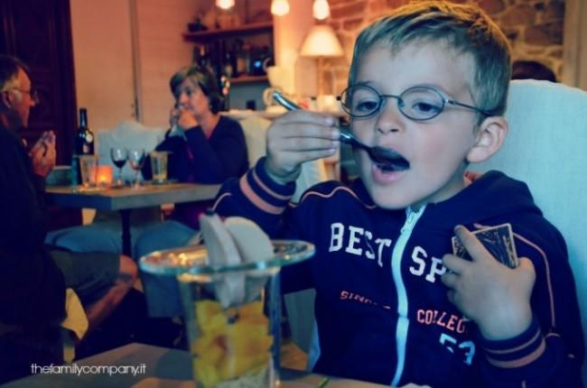 Alessio che assaggia il foie gras con amaretti e papaya...