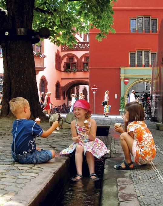 Freiburg_Kinder_im_Baechle__Copyright FWTM_Schoenen-3