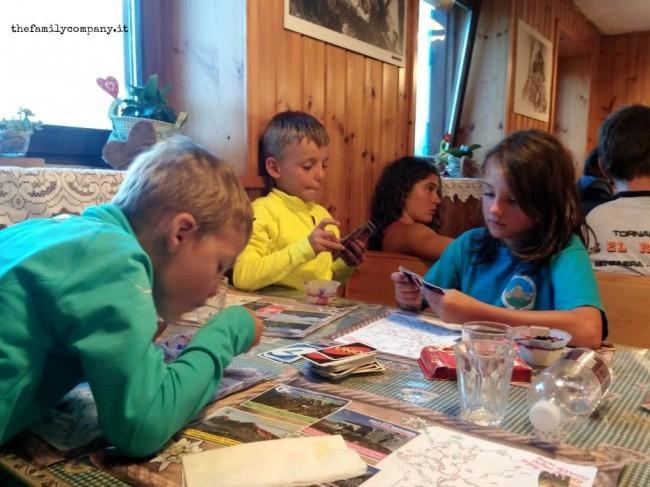 rifugio velo bimbi giocano a carte