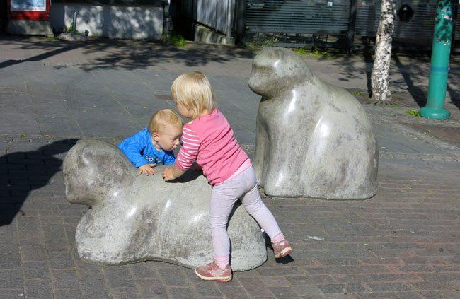 Nel centro di TRomso vi sono numerose sculture che rappresentano animali. Foto Roberto Savioli