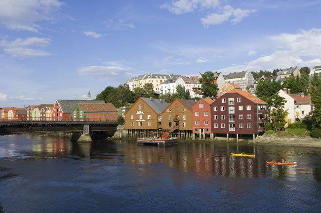 Il fiume Nidelva, il ponte e le antiche case della città. Foto Ufficio del turismo Trondheim