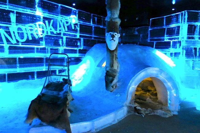 L'interno dell'Artic Bar, con tanto di igllo dove sedersi a bere su calde pelli. Foto Roberto Savioli