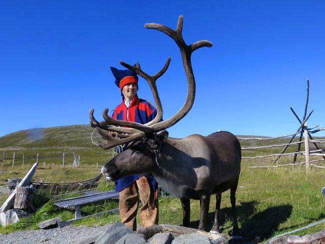 Un anziano del popolo dei Sami con la sua renna. Foto Roberto Savioli