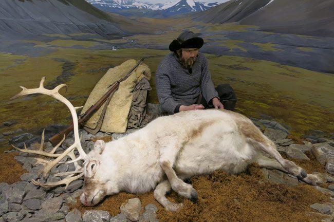 Un cacciatore con una renna al Museo Polare. Foto Roberto Savioli
