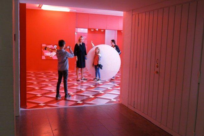 """La sala """"Delirium"""" con l'installazione di Alex Da Corte al Museo Louisiana. Foto Roberto Savioli"""