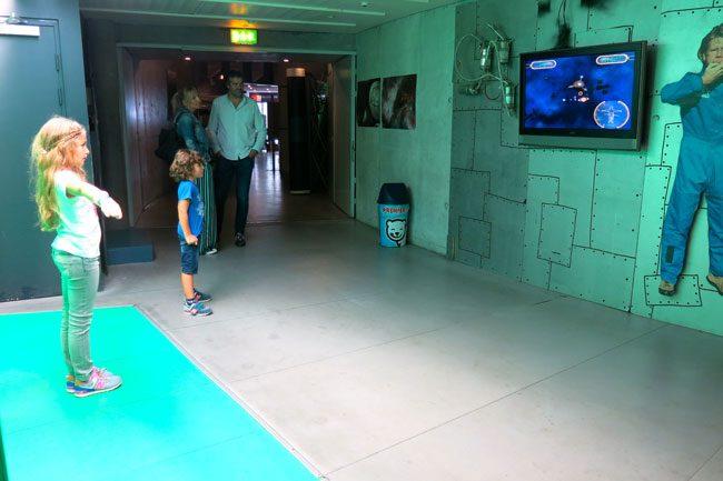 Una bimba partecipa ad un gioco interattivo al Planetarium. Foto Roberto Savioli