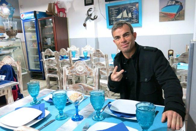Antonio Bento, 5 volte campione del mondo pesi super leggeri di pugilato, nel suo ristorante di Faro, Vivmar, noto per le specialità di pesce.