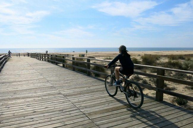 Sulla passerella in legno verso la spiaggia di Manta Rota.
