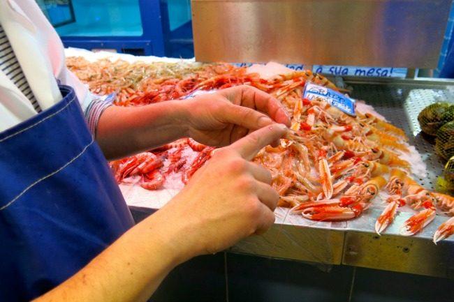 I gamberetti del meracto di Faro cono pescati nell'Atlantico.