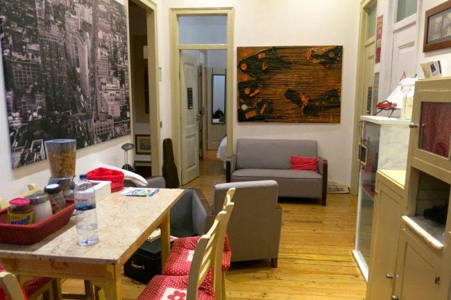 La sala comune, con cucina, dell'Old School di Lagos (Airbnb).