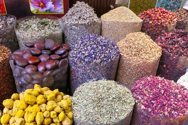 Spezie in vendita al Suk. Foto Roberto Savioli