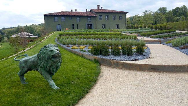 Il giardino delle erbe aromatica all'ingresso della Locanda La Raia. Foto Nicoletta Pennati