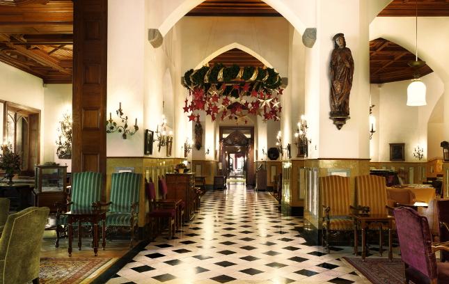 La sontuosa hall del Palace decorata per Natale