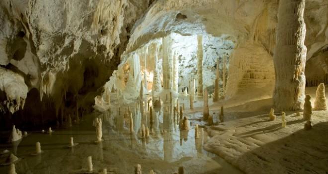 E il sasso cadde giù per un tempo infinito: le Grotte di Frasassi